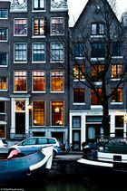 Niederlande. Amsterdam. Häuser in Dämmerung