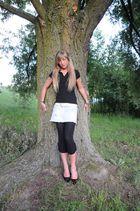 Nina am Baum