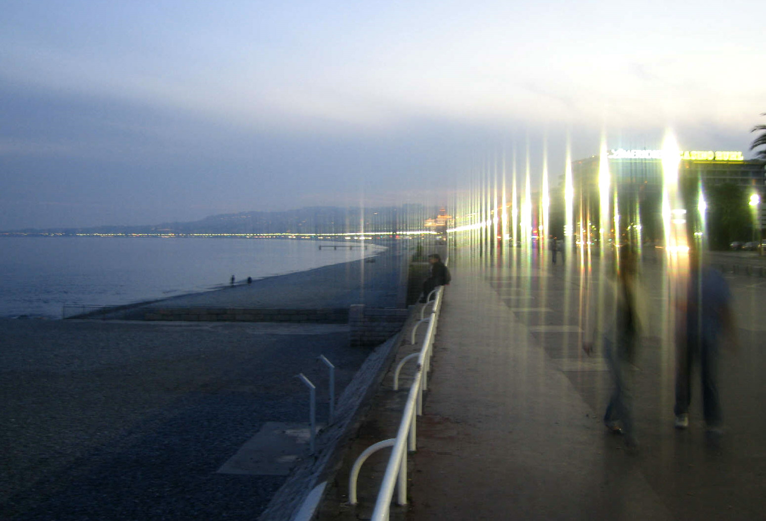 Nizza, Promenade des Anglais, aufgenommen mit Canon Powershot S40 + Pizzafilter