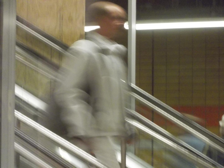 noch ein mann auf rolltreppe