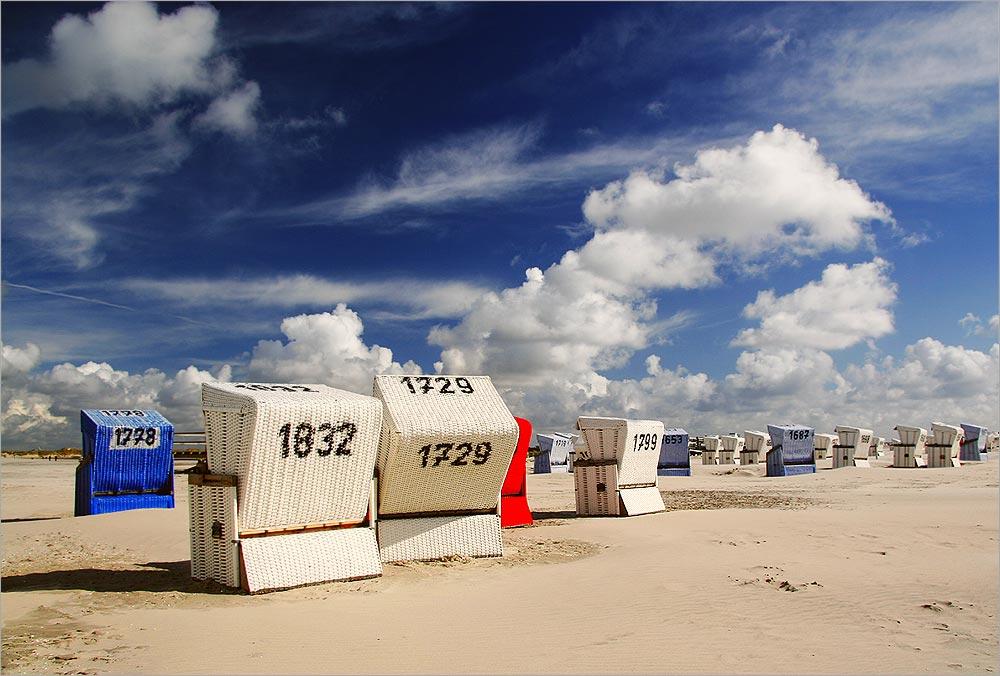 Noch sind Strandkörbe frei.