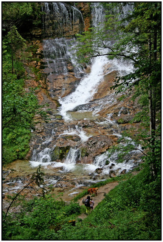 Nochmal: The very nice waterfall mit Herwiga, Markus und Hund