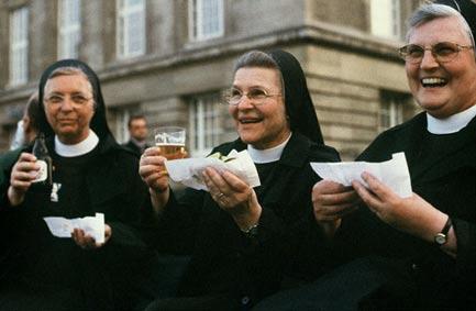 Nonnen mit Bier & Hot Dogs