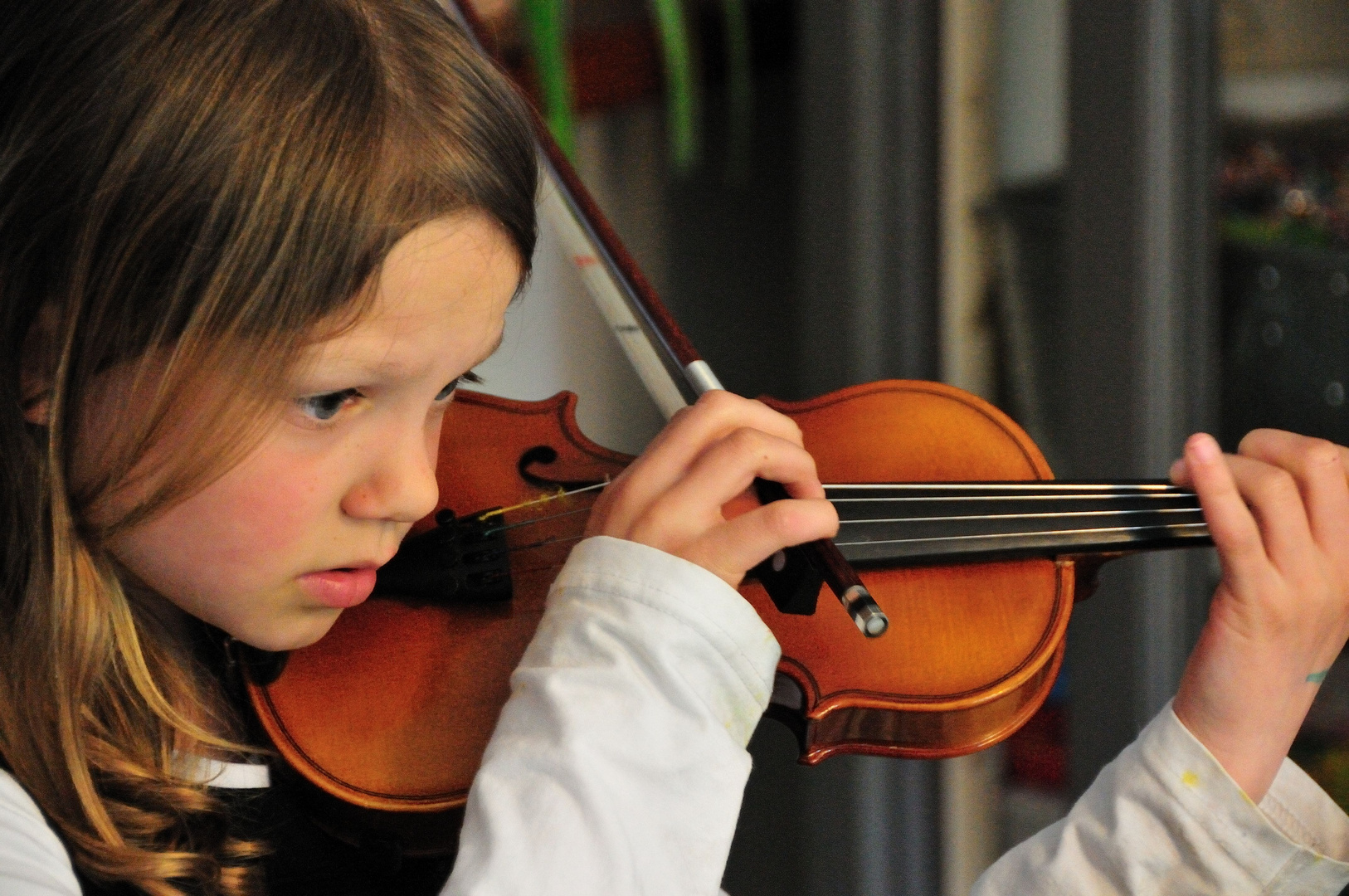 Noor playing the violin