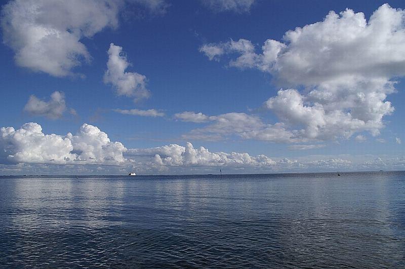 Nordseefähre zwischen Himmel und Meer