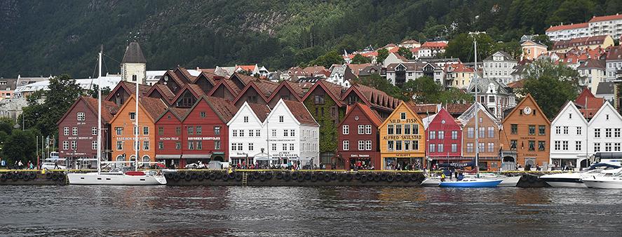 Norvegia. Bergen,  le coloratissime casette in legno del suo centro storico antistante il porto.