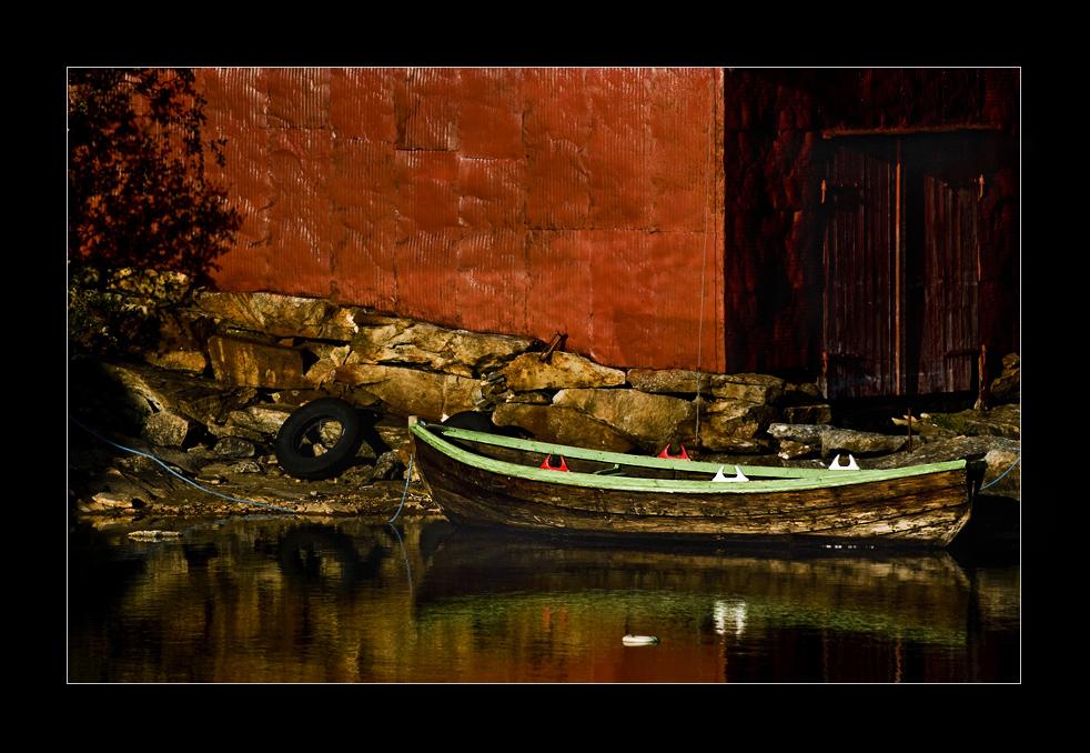 norwegisches boot vor schwedenrotem bootshaus