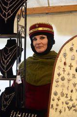 Nostalgische Schmuckhändlerin auf dem mittelalterlichen Weihnachtsmarkt der Ronneburg # 7234