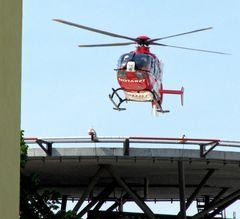 Notarzt-Helikopter über der Helios-Klinik Erfurt