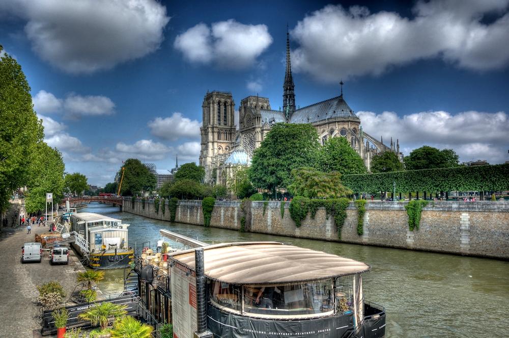 Notre Dame mit Schäfchenwolken