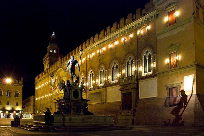 Notte a Bologna, il Nettuno ela sua ombra