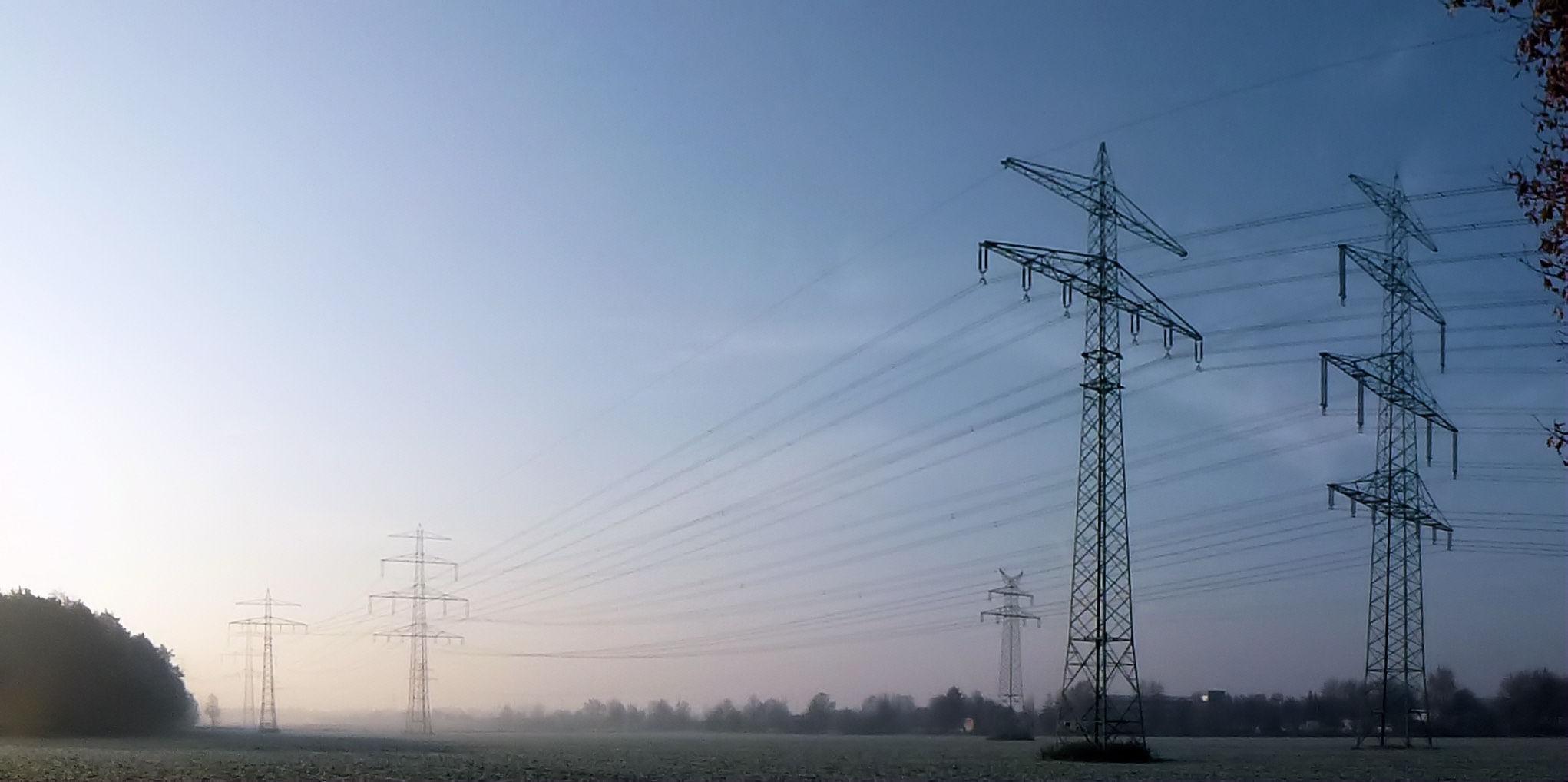 Novembermorgen und Strommasten