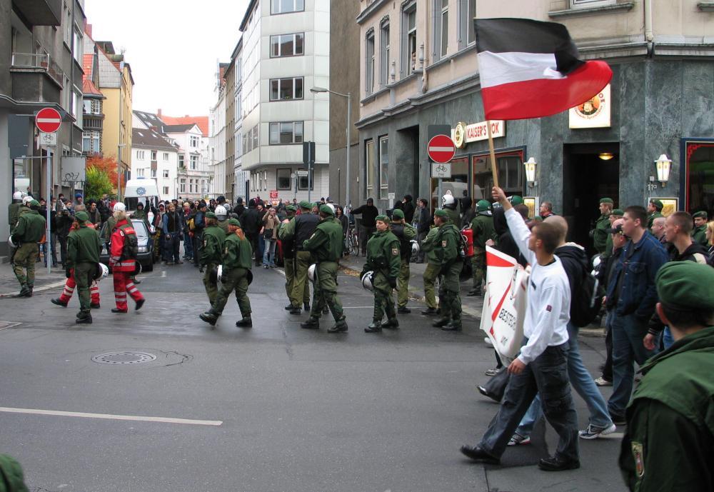 NPD-Umzug in Hannover mit Gegendemonstranten