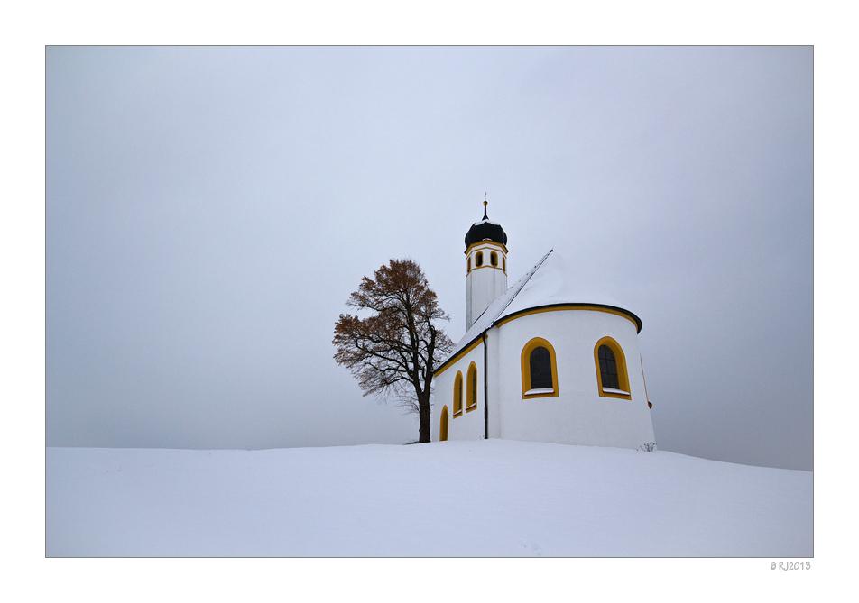Nur die leuchtende Sankt Margareth unterbricht das Grau in Grau