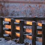 Nur ein angeleuchteter Zaun
