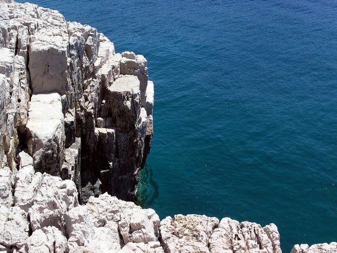 Nur Felsen und Wasser