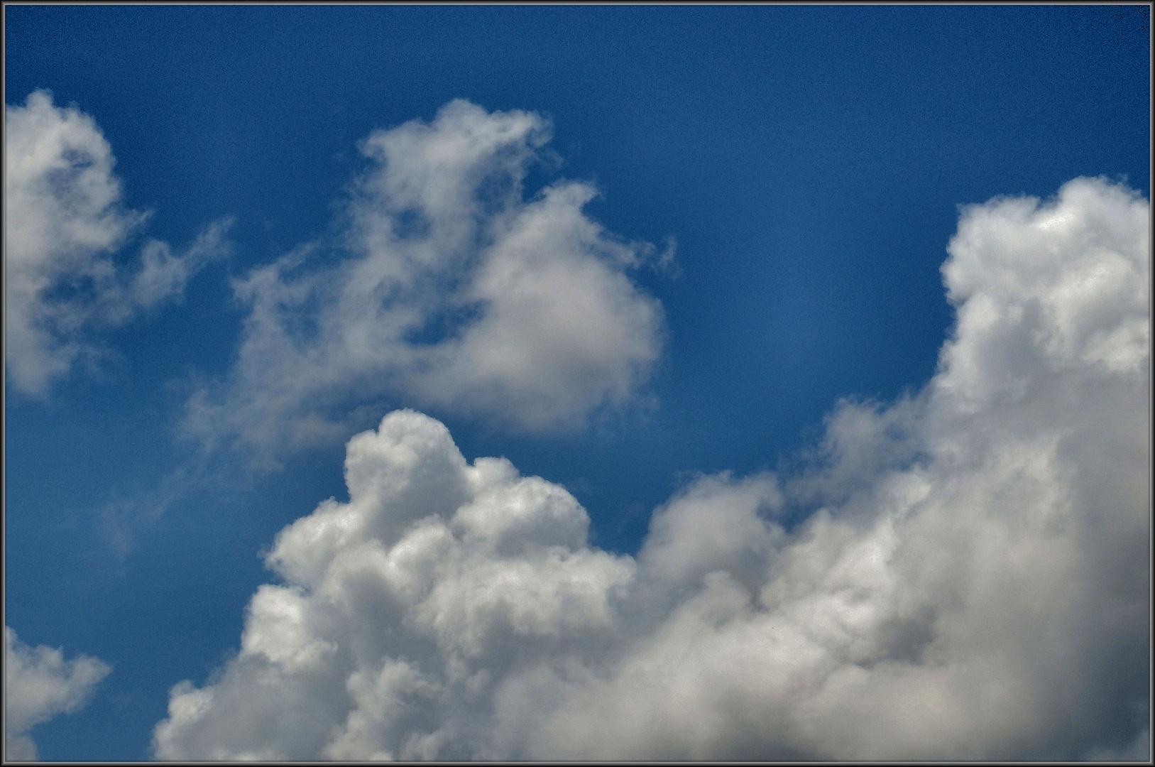 Nuvole bianche sul cielo azzurro