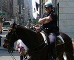 N.Y.P.D. Police Officer *lacht*