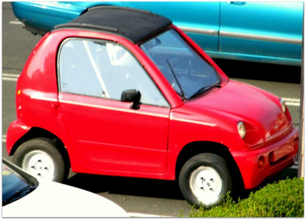 ob der kleine noch die benzin flasche bekommt foto bild autos zweir der. Black Bedroom Furniture Sets. Home Design Ideas