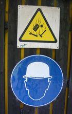 oben: Warnung auf spanisch, unten: Lösung auf deutsch