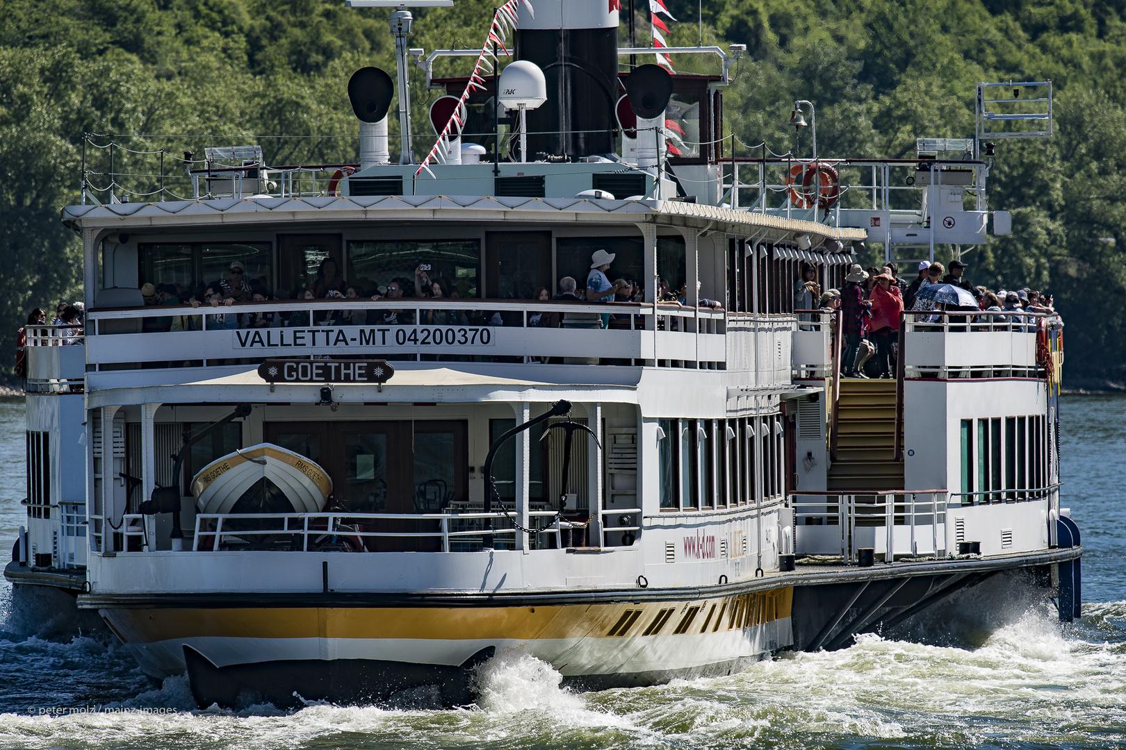 Oberes Mittelrheintal - Das Schaufelradschiff Goethe auf dem Rhein bei Boppard