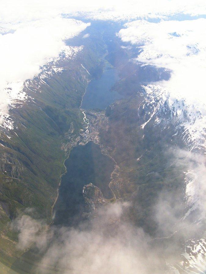 odda, der sørfjord und der wolkenbedeckte folgafonna