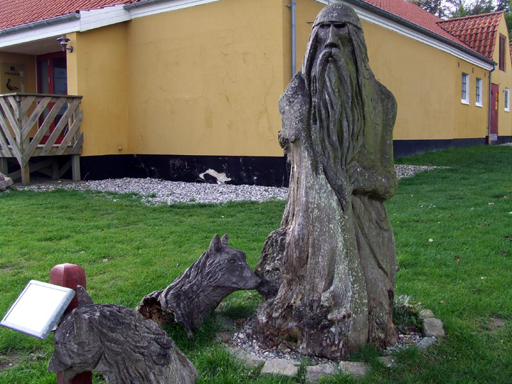 Odin aus einem Baumstamm geschnitzt