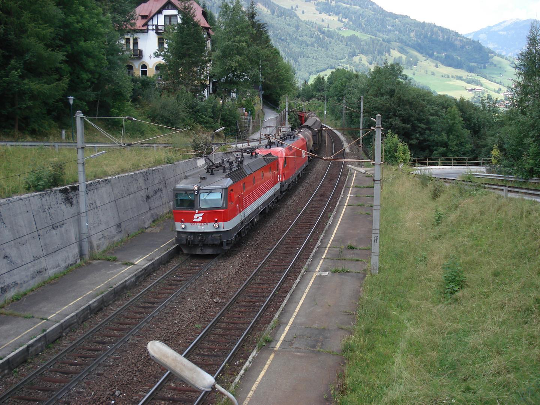 ÖBB 1044 126-9 Güterzug fahrt durch haltestelle Hofgastein, Österreich.