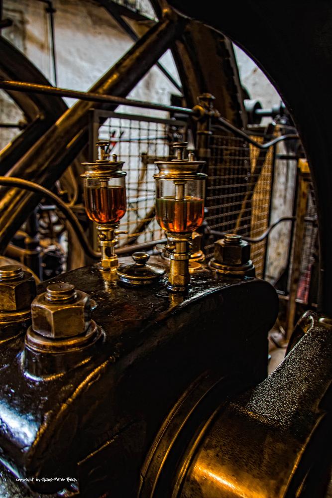 Oeler an einer Dampfmaschine