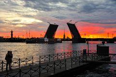 Offene Brücke im goldenen Morgenlicht