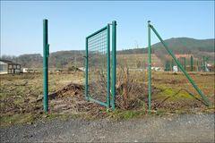 offenes Tor in einer ansonsten offenen Landschaft