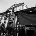 Oggi come ieri, tra le quinte dei vecchi mercati emerge prepotente il barocco