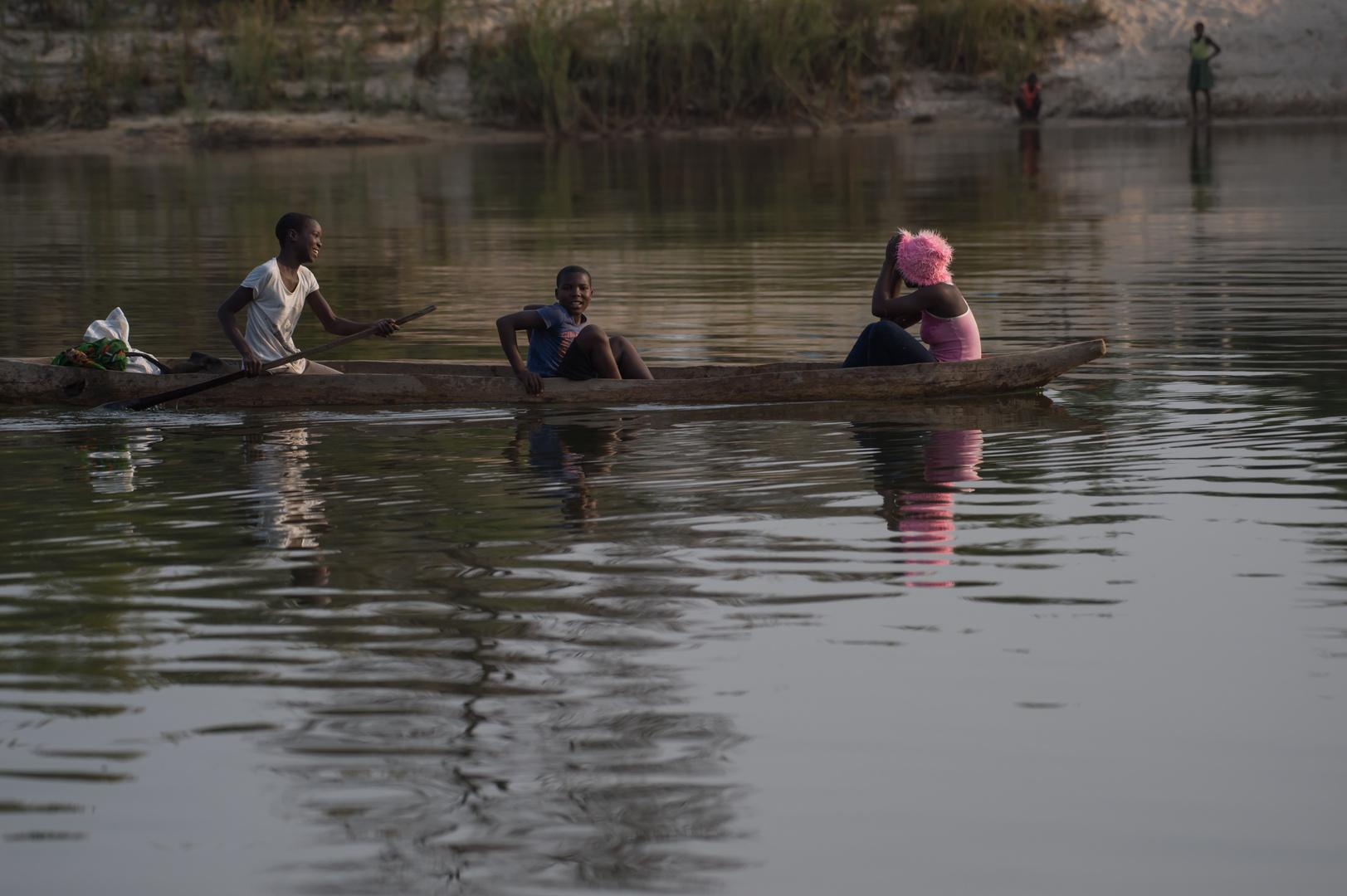 Okavango-Ueberquerung mit Lady in pink