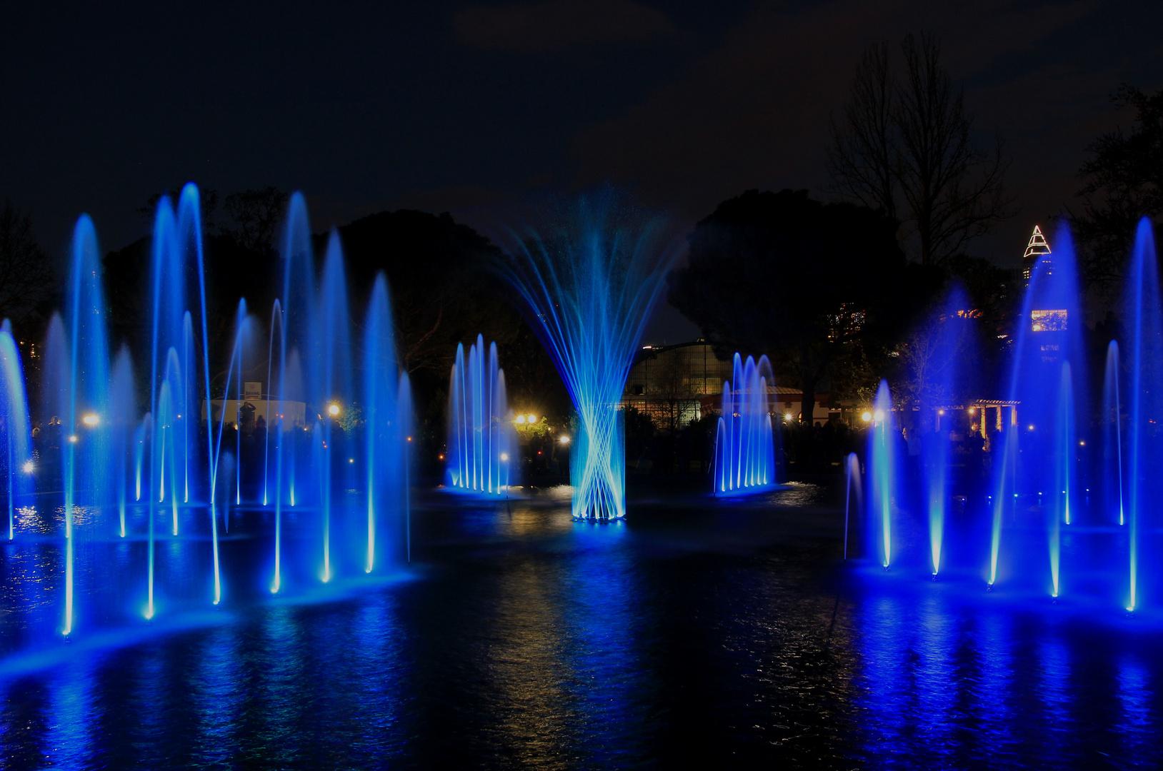 Oktogonbrunnen in blau Palmengarten Frankfurt Luminale 2012