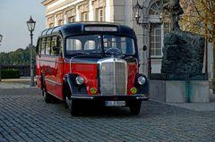 Oldtimer Bus auf Schloß Bensberg - 2