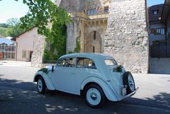Oldtimer vor Chateau Vaumarcus