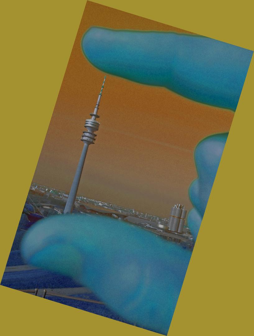 Olympiaturm München zwischen Fingern