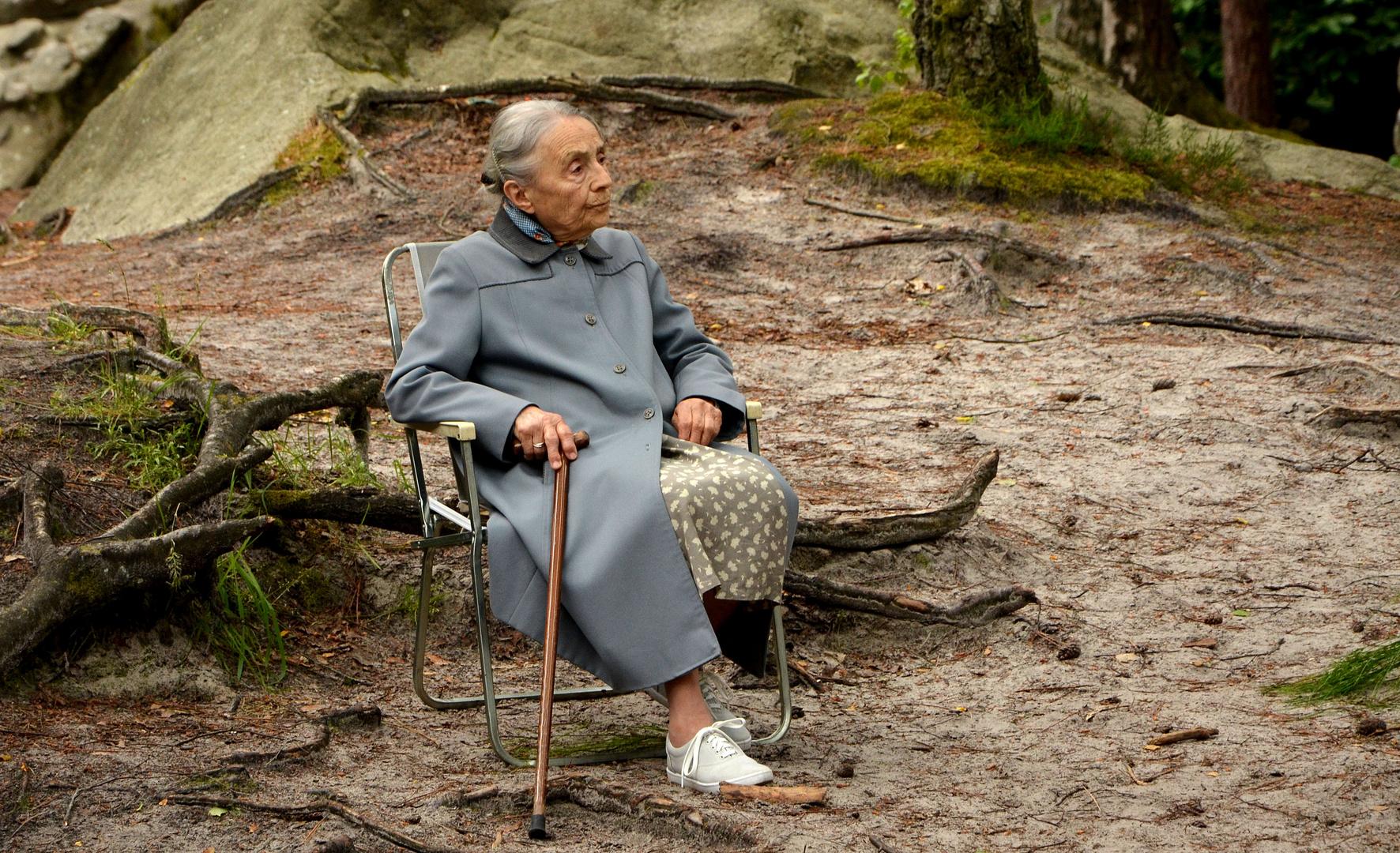 Oma im Wald Foto & Bild | erwachsene, menschen im alter