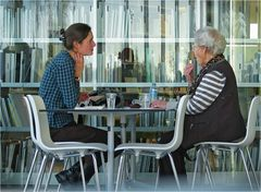 Oma und Enkelin im Gespräch