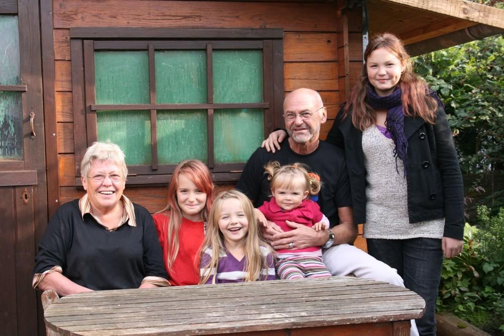 Oma und Opa mit ihren vier Enkelinnen