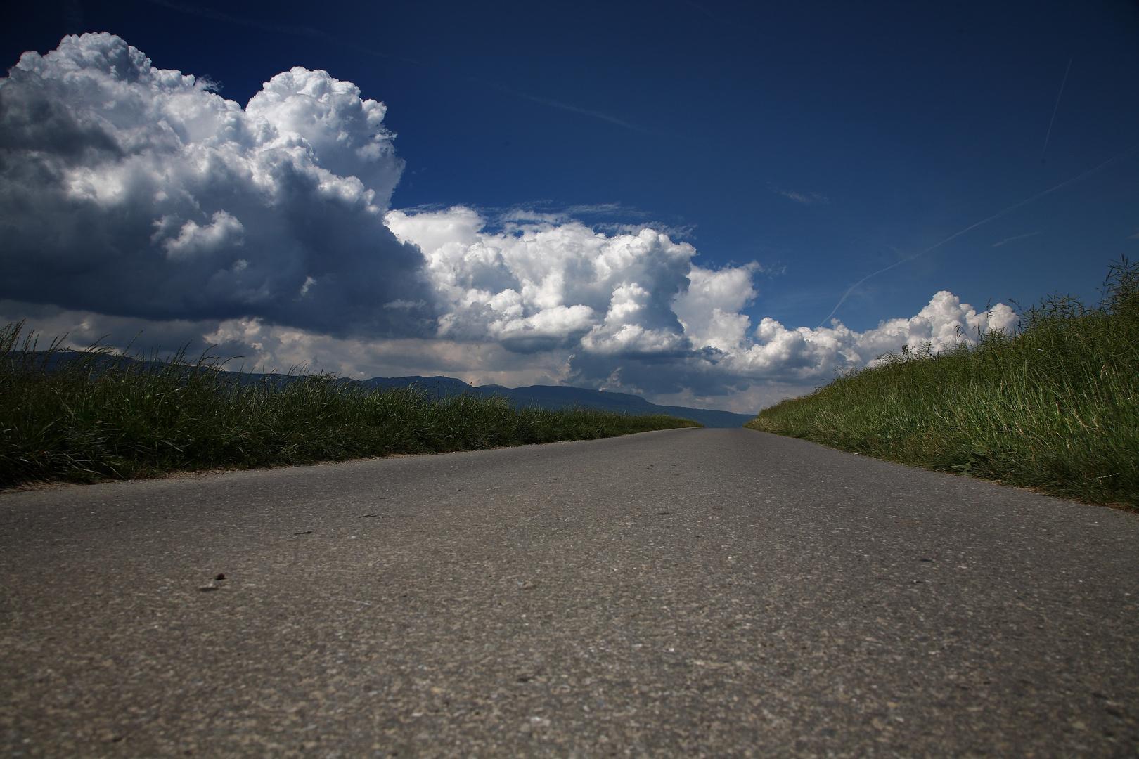 On ne sait pas trop où nous mène la route, mais ce qui est sûr, c'est que les nuages approchent.