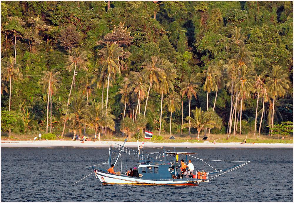 """""""on tour"""" mit Fischerboot an der Küste von Ko Chang"""