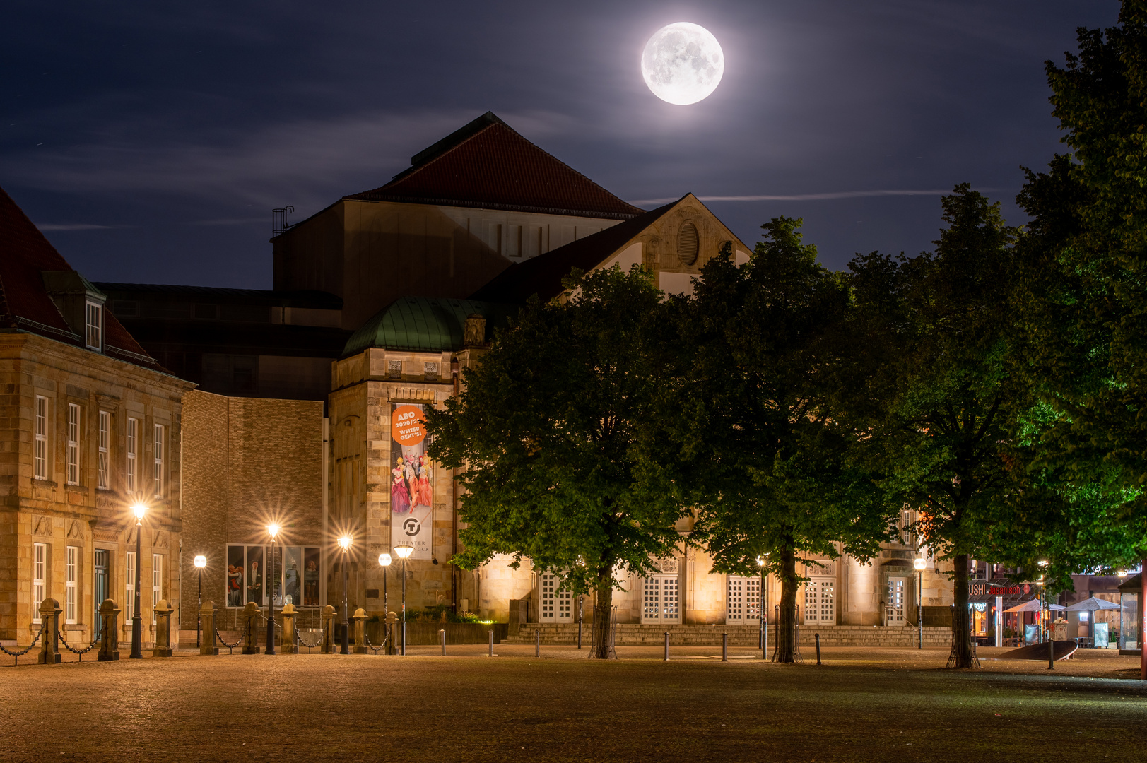 Opernhaus Osnabrück unterm Vollmond