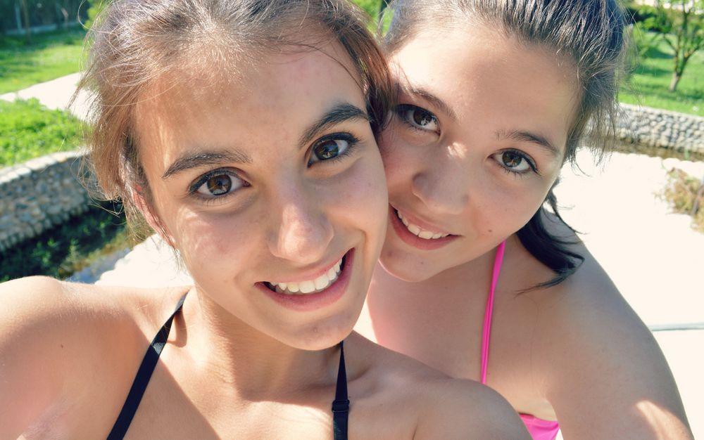Moi A La Piscine ophelie et moi - piscine photo et image   personnes, fille, soleil