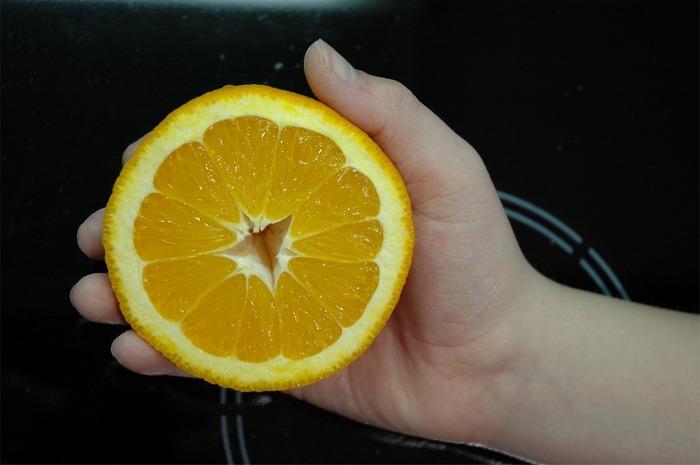 Orange in Kinderhand