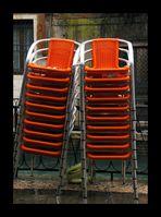orange Stühle