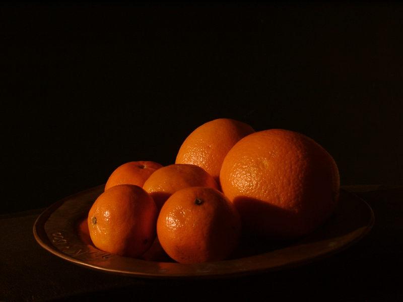 Orangen auf Bronzeteller