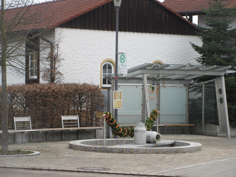 Osterbrunnen im Dorf Solar ohne Sonne