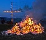 Osterfeuer mit Kreuz