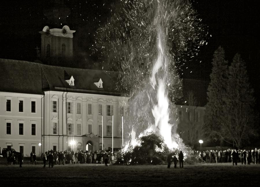 Osterfeuer vor dem Stift Rein bei Graz